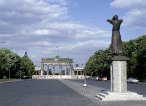 Straße des 17. Juni Brandenburger Tor hinter der Mauer